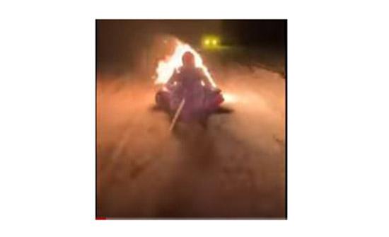 """مدون روسي يشعل النار بنفسه ليجمع """"اللايكات""""...فيديو"""