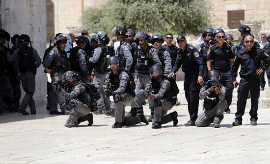 """بالفيديو : الشرطة الإسرائيلية تعتقل قريبة الشيخ رائد صلاح في """"الأقصى"""" أثناء صلاتها"""