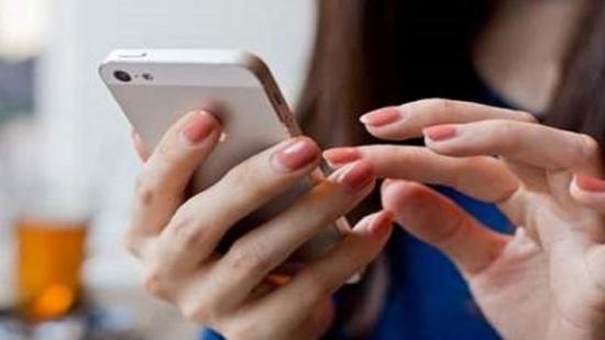 بريطانية تصر على الطلاق بسبب اسمها في هاتف زوجها