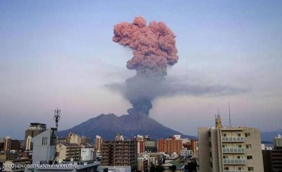 بالفيديو : انفجار بركان في اليابان والرماد يخترق السحاب