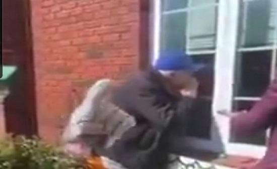 بالفيديو.. مسن أجنبي يغني لزوجته بعد دخولها الحجر الصحي للترفيه عنها