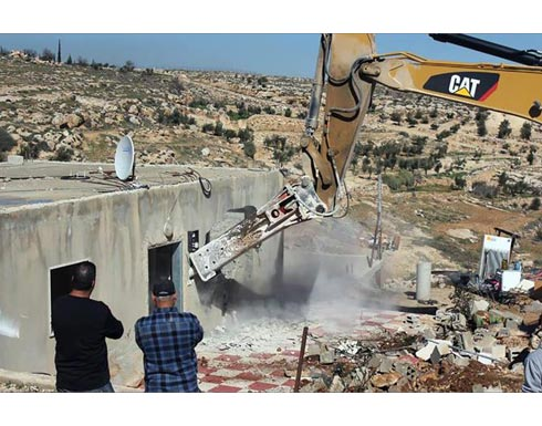 الاحتلال يخطر بهدم منزلين وحظيرتي أغنام شرق الخليل