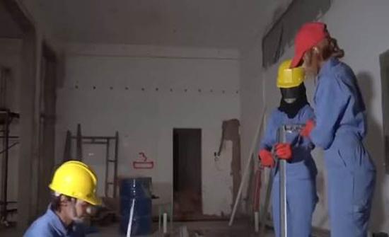 شاهد: ثلاث شقيقات سعوديات يعملن في البناء والدهان وتركيب الجبس