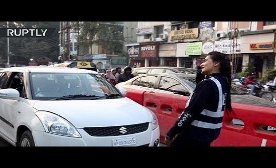 هندية تتبرع برقصة لتنظيم حركة المرور - فيديو