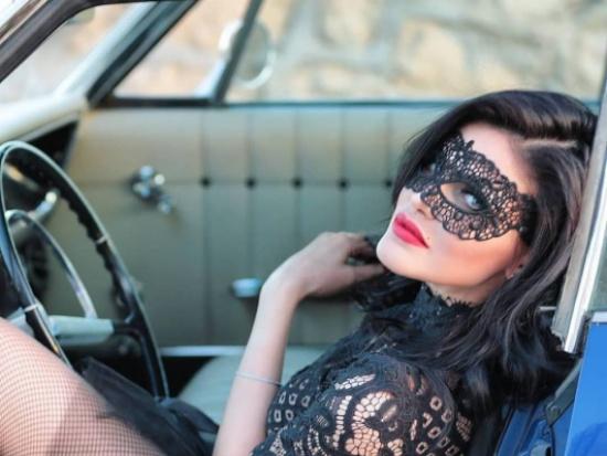ممثلة تونسية ترتدي فستاناً مرصعاً بالألماس.. وسعره المرتفع يصدم الجمهور