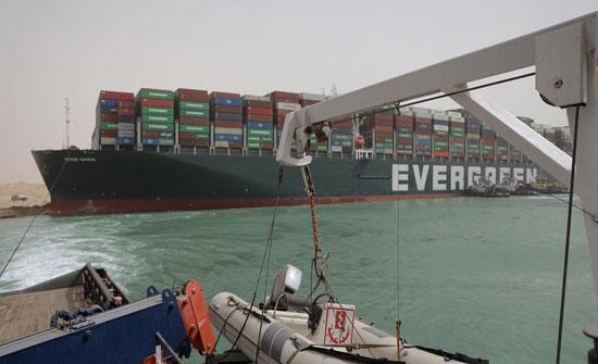 تواصل الجهود لحل أزمة السفينة الجانحة بقناة السويس