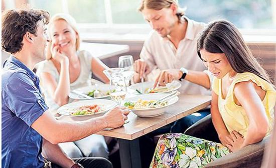 الدراسات تؤكد تورط المطاعم السريعة بانتشار الأمراض الالتهابية