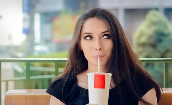 دراسة حديثة تحذر النساء من تناول المشروبات الغازية