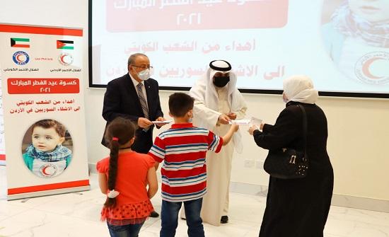 الهلال الأحمر يوزع بطاقات كسوة العيد على الأسر السورية