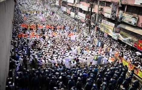 فيديو وصور  من انتفاضة البنغال نصرة للرسول عليه السلام