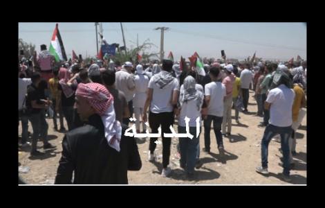 فيديو وصور : شاهد وقفة الاردنيين في منطقة الكرامة على الحدود الاردنية الفلسطينية
