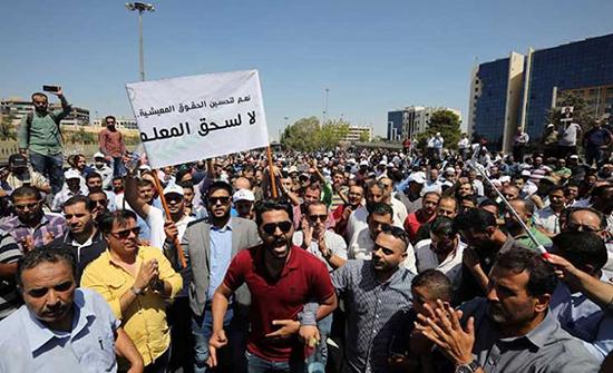 الأحزاب الوسطية تدعو المعلمين لمواصلة الحوار وإنهاء الإضراب