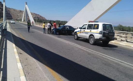 6 إصابات بحادث تصادم بعد جسر الموجب باتجاه عمان