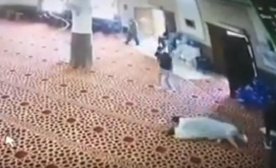 بالفيديو : شاهدوا لحظة وفاة مسن داخل مسجد في إربد