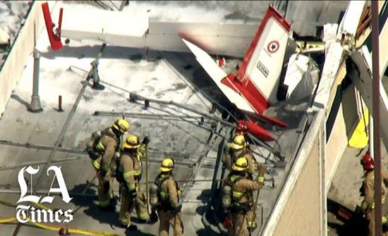 شاهد: اصطدام طائرة بسطح مركز تجاري بالولايات المتحدة