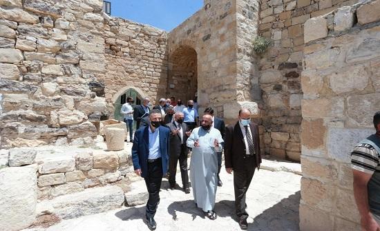 وزير السياحة يتفقد مواقع سياحية وأثرية وعددا من المشاريع والمسارات بالكرك