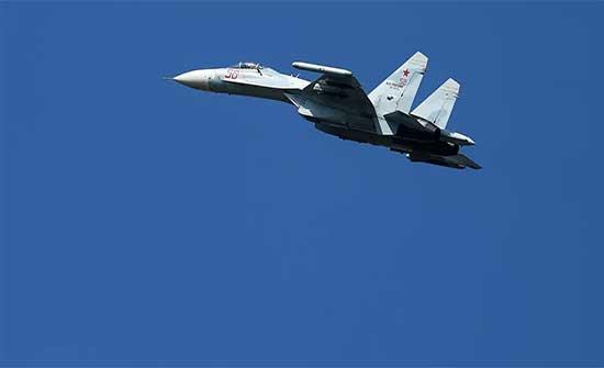 """مقاتلة """"سو-27"""" تعترض طائرة استطلاع أمريكية"""