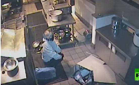 لصة تسقط من السقف أثناء سرقتها مطعما بولاية كاليفورنيا