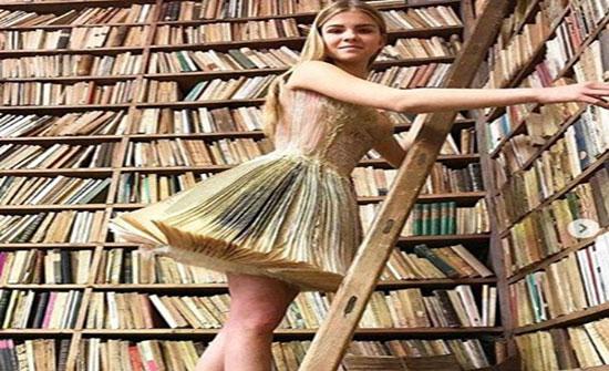 بالصور : مُصممة أزياء تصنع فساتين من الكتب القديمة