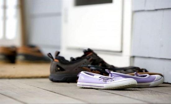 أسباب تدفعك لخلع الأحذية قبل دخول المنزل