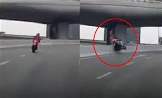 مشهد مروع لسائق دراجة نارية يفقد حياته بعد سقوطه  (فيديو)
