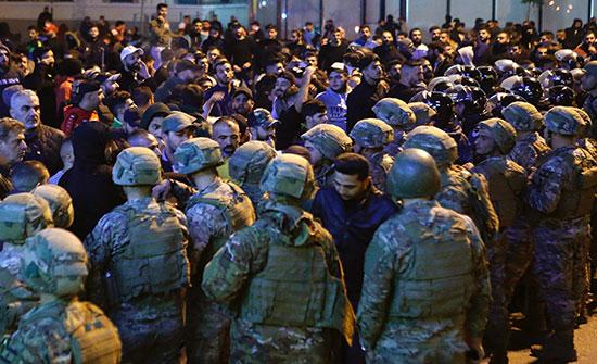 بالفيديو : بعد كر وفر وجرحى.. حواجز لمنع وصول المحتجين لوسط بيروت