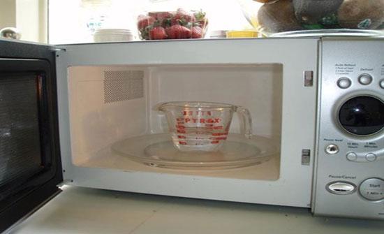 أضرار كارثية لوضع الأطباق البلاستيك في الميكروويف