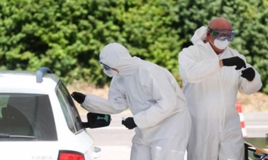 العالم يسجّل عددا أسبوعيا قياسيا لإصابات كوفيد-19 وانخفاضا في الوفيات