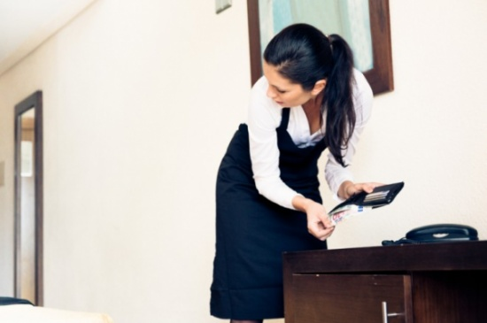 بالفيديو .. طرق جديدة ومبتكرة من الخادمات لسرقة المنازل!!