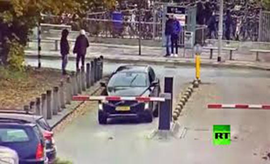 """بالفيديو : سائق هولندي لديه """"رخصة قيادة للخلف فقط"""""""