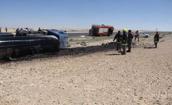 إصابة سائق صهريج اثر تدهور مركبته وانسكاب المادة المحملة