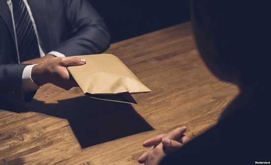 الفساد : ضبط موظف طلب رشوة من مستثمر