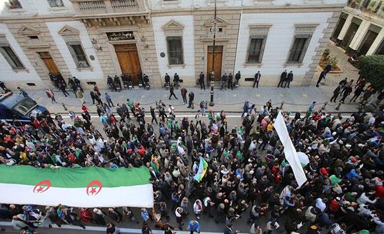 بالفيديو : الجزائريون يواصلون الاحتجاج بعد نحو عام على بدء المظاهرات