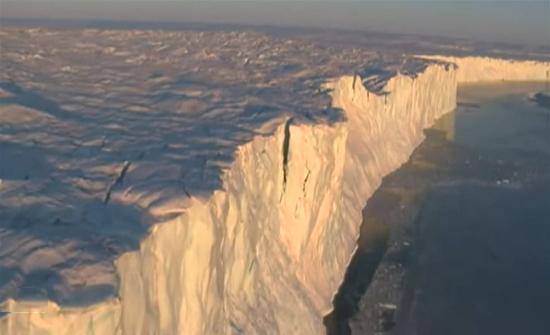 فيديو : انفصال جبل جليد ضخم عن أنتاركتيكا