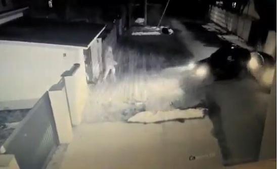 طريقة تعامل رجل اوكراني مع عصابة عند منزله..فيديو