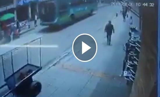 قطعة معدنية تقتل امرأة أثناء سيرها في الشارع (فيديو)
