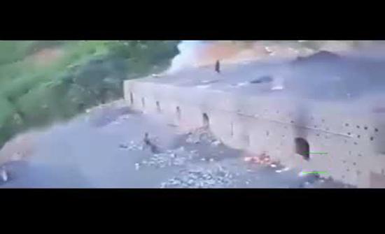 بالفيديو : رجل يركض  فوق سقف فرن فحم كبير في كولومبيا