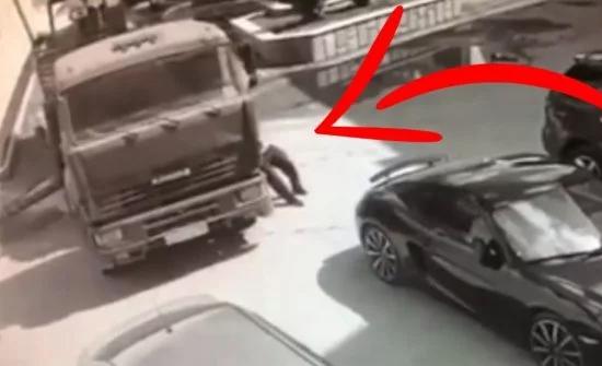 بالفيديو: رجل يوقف شاحنة بيديه كي لا تصطدم بسيارة بورش