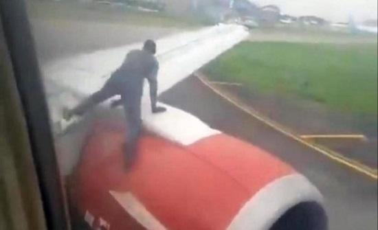 بالفيديو... رجل يتسلق جناح طائرة قبل لحظات من إقلاعها