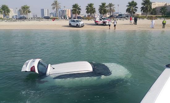 دبي :سيدة تقفز بسيارتها في المياه بسبب خبر سيئ