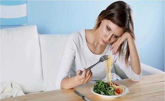 هل سقوط الشعر بالطعام يدعو للقلق ... الحقيقة لا
