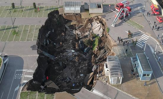 لقطات جوية توثق لحظات الانهيار الأرضي في إيطاليا.. فيديو