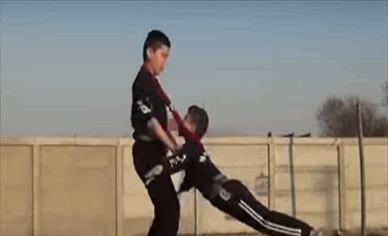 فيديو يحبس الأنفاس.. طفلان يؤديان حركات بهلوانية خطيرة