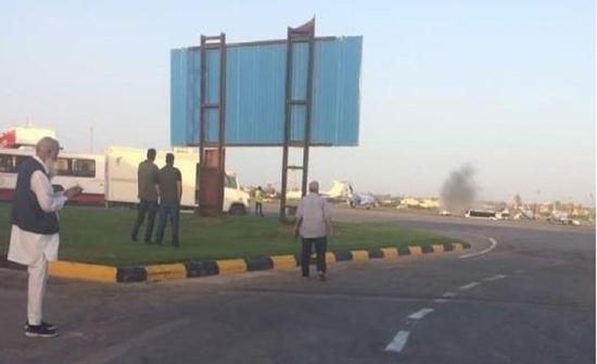 ليبيا.. إصابة 3 موظفين من الخطوط الجوية الإفريقية وتضرر طائرة بسقوط قذائف على مطار معيتيقة