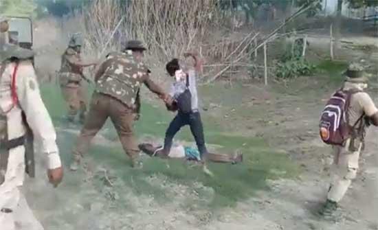 الهند تحقق بقتل الشرطة شابا مسلما والتنكيل به من قبل صحفي .. بالفيديو