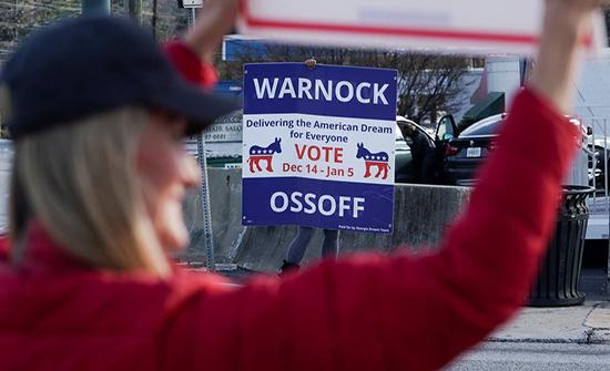 الديمقراطيون يسيطرون على أغلبية مجلس الشيوخ بعد الفوز بمقعدي جورجيا