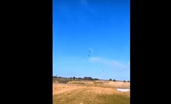 فيديو: لحظة تصادم رجلان في الهواء