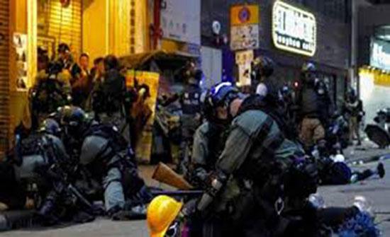 بالفيديو : هونغ كونغ.. آلاف المتظاهرين يتحدون حظر ارتداء الأقنعة والجيش الصيني يتوعد