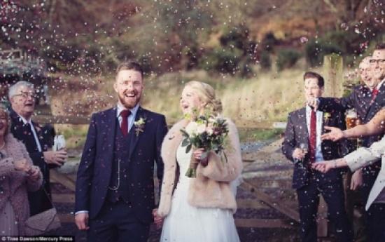 صور: عروسان يتحديان سوء الطقس ويقيمان زفافهما تحت الأمطار