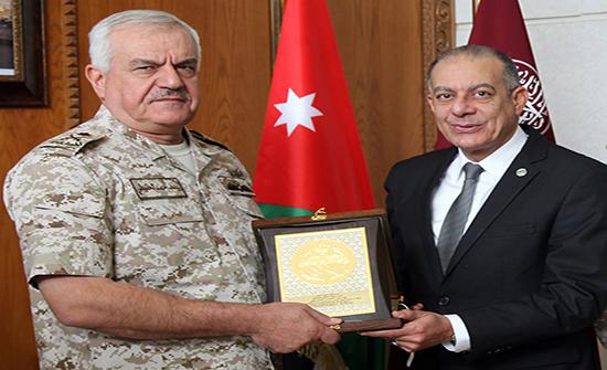 الحنيطي يتسلم الوسام الذهبي من الاتحاد العربي للرياضة العسكرية